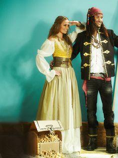burda style, Schnittmuster für Fasching -  Piratinnen-Kostüm aus einem tief ausgeschnittenem Miederkleid, Nr. 141 aus 01-2013 - Foto: U2/Uli Galsemann