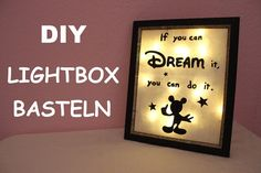 DIY Anleitung für eine selbstgemachte Lightbox. In dieser Anleitung erfährst du, wie du ganz einfach eine Lightbox selber machen kannst. Eine DIY-Idee für die Zimmerbeleuchtung! Deko beleuchtet I Basteln Disney I Mickey Mouse DIY #diy #basteln #deko Disney Diy, Disney Stuff, Cinderella, Diy Blog, You Can Do, Frame, Lightbox, Painting, Mickey Mouse