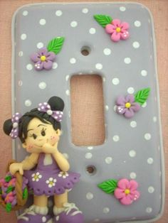 *SORRY, no information as to product used ~ Espelho de luz. Saved by Elizabeth Polymer Clay People, Polymer Clay Pens, Polymer Clay Charms, Clay Projects, Clay Crafts, Fun Crafts, Decorative Light Switch Covers, Clay Fairy House, Cold Porcelain Flowers