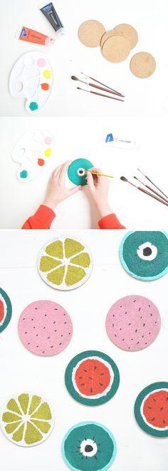 Obst-Untersetzer aus Kork. Ikea-Hack. Wassermelonen Untersetzer. Kork-Untersetzer mit Acrylfarbe bemalen. Das DIY-projekt findet ihr hier: https://bonnyundkleid.com/2016/06/diy-obst-untersetzer/