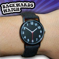 Rückwärtslaufende Armbanduhr. Schauen Sie in die erstaunten Gesichter Ihrer Freunde, wenn sie versuchen, die Uhrzeit abzulesen.