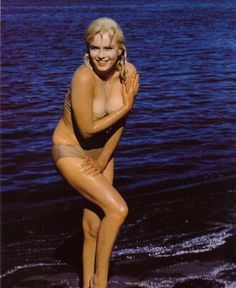 Marilyn Monroe such a brilliant mind to go w that gorgeous body.