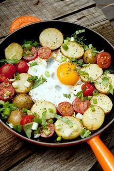 Aardappelsla met spek, uien, spinazie en een gebakken eitje