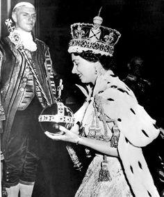 LONDRES (AP) — La reina Isabel II se convirtió en la primera monarca británica con 65 años en el trono.