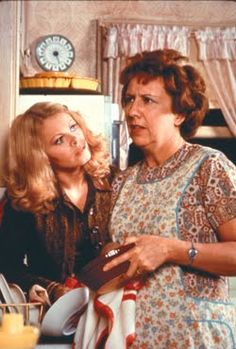 Edith Bunker and Gloria - All In The Family - Family Tv, All In The Family, Radios, Sally Struthers, Archie Bunker, Real Tv, Vintage Tv, Vintage Hair, Old Shows