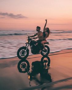 Couple Moto, Bike Couple, Motorcycle Couple Pictures, Calin Couple, Beach Vibes, Cute Relationship Goals, Couple Relationship, Cute Couple Pictures, Wedding Photo Inspiration