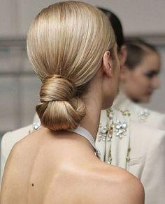 Um penteado clássico para uma festa de gala. Muito sofisticado! Adoramos! A classic hairstyle to a gala party! It is so sophisticated! #beauty #beleza #hairstyle #hairtips #hair #cabelo #penteados #cuidados #ideiasdepenteados