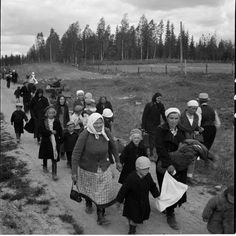 Finnish people evacueted quickly from their villages in Carelia, summer 1944. photo from War Archives (SA)