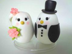 Topo de bolo feito em biscuit (porcelana fria ) , peça totalmente artesanal . Diferente , sútil e de muito bom gosto !