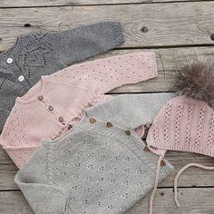 ~ Strikkejakker ~ #babystrikk #jentestrikk #knitting_inspiration #knit #knitting #knitted #knittersofinstagram #instaknit #knitstagram #dustorealpakka #babyjakke #ministil #itsybitsyknits #dalegarn #dalelerke #jentestrikk #handmade