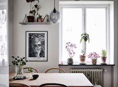 Los tonos neutros pueden crear una ambientación relajada y llena de luz. Y si a esto le sumas acentos en dulces tonos rosas y suaves verdes, lograrás espacios cálidos y confortables como ést…
