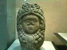 Cabeza humana con casco de serpiente, tallado en piedra, sala Mexica, MNA.