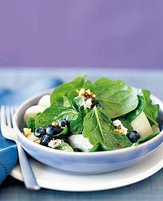Insalata di spinaci, mirtilli, noci e formaggio