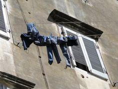 Corfu stad. Overal wasgoed aan hoge lijnen. Lijkt op Italie