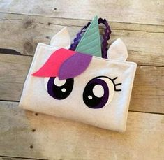 Sewing For Kids Tutorial: Unicorn crayon holder - Crayons are fun, but they're even MORE fun when you can use this unicorn crayon holder to store them! Stephanie from Create Kids Couture shows how you can make it. The outside is an adorabl… Sewing Projects For Kids, Sewing For Kids, Sewing Crafts, Felt Diy, Felt Crafts, Kids Crafts, Sewing Tutorials, Sewing Patterns, Sewing Ideas