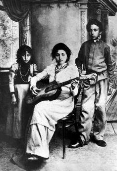 Gypsy/Roma musician and her family. Gypsy Girls, Gypsy Women, Gypsy Life, Gypsy Soul, Gypsy People, Gypsy Culture, Foto Transfer, Gypsy Living, Gypsy Caravan