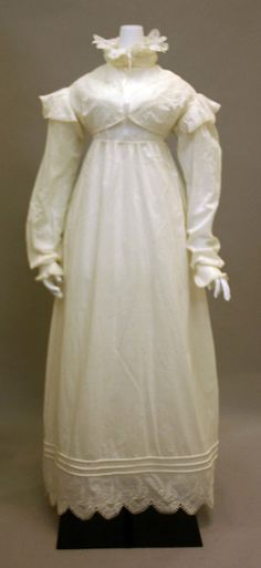 Cotton morning dress ca. British - in the Metropolitan Museum of Art costume collections. Vintage Gowns, Vintage Outfits, Vintage Fashion, Victorian Fashion, Antique Clothing, Historical Clothing, Historical Costume, Jane Austen, Corsage