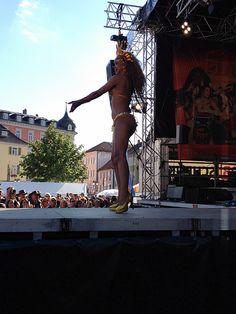 Das Publikum ist begeistert von der Tänzerin aus Rio.