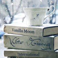 A cup of tea and some good books on a snowy day. Tea/coffee and books give such comfort! Tea And Books, Pile Of Books, I Love Books, Good Books, Winter Love, Winter Is Coming, Cozy Winter, Winter Magic, Winter Colors