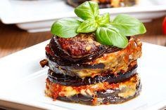 Le torri di melanzane sono un secondo piatto che si rifà alla classica parmigiana di melanzane ma che sarà ancora più particolare. Ecco la ricetta