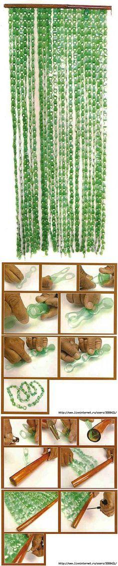 Not in english but decent pics. Plastic Bottle Flowers, Plastic Bottle Crafts, Recycle Plastic Bottles, Recycled Bottles, Recycled Art, Plastic Curtains, Bottle Garden, Deco Floral, Diy Recycle