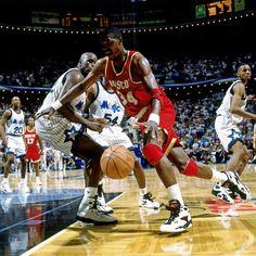 El center nigeriano Akeem #Olajuwon hizo realidad el sueño americano: reinar en la #NBA y marcar una época gracias a su excelente y acompasado movimiento de pies. Dos anillos con #Houston contemplan su inmenso legado