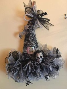 Halloween hat wreath love that this is black and white!Women S Fashion Mail Order CatalogsWitch's hat for Norma Halloween Mesh Wreaths, Halloween Door, Halloween Season, Diy Halloween Decorations, Holidays Halloween, Holiday Wreaths, Halloween Crafts, Holiday Crafts, Wreath Crafts