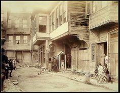 Yabancı arşivlerde 1892 İstanbulda bir sokak olarak kayıtlı bir fotoğraf.Semt karakolu da mevcut.(Samatya adıyla yapılan paylaşımlar yanlış.) Fotoğraf : Abdullah Biraderler