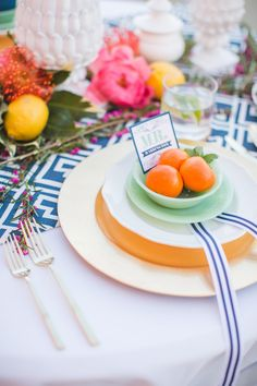Graphic print table runner + a modern place setting #decor Photography: Aly Carroll - alycarroll.com
