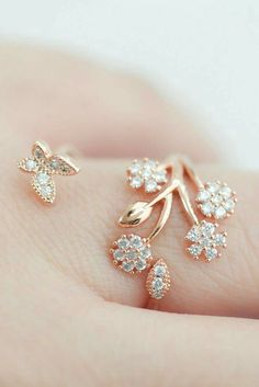 Diamond Wedding Rings : Delicate Crystal flower garden Adjustable ring in Pink Gold. - Buy Me Diamond Diamond Jewelry, Gold Jewelry, Jewelry Rings, Jewelry Accessories, Jewelry Design, Antique Jewelry, Diamond Rings, Tiffany Jewelry, Trendy Accessories