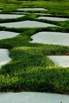 Blocos irregulares de concreto com grama