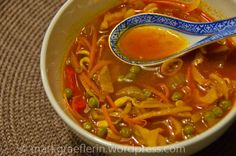 Pflanzliches Öl. Zwiebeln. 1 Esslöffel rote Currypaste. Gemüsebrühe + Hähnchengewürz Gemüse. Nudeln. Sojasauce. Go!