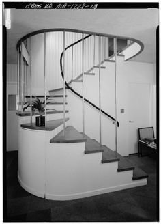 Home to one of the most influential architects of the Century, the Gropius House was the residence of Walter Gropius and his family during his tenure at the Bauhaus. Walter Gropius, Bauhaus Interior, Design Bauhaus, Bauhaus Art, Modern Staircase, Staircase Design, Staircase Ideas, Interior Staircase, Interior And Exterior