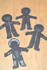 Teken je skelet (Juf Janneke) Body Preschool, Preschool Crafts, Fall Halloween, Halloween Crafts, Preschool Halloween, Science Activities, Activities For Kids, Letter X Crafts, Skeleton Theme