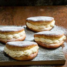 Roombroodjes zijn altijd een succes! Check de link in de bio voor het recept! #RutgerBakt  #instafood #food #foodie #recipe #foodporn #yum #delicious #homemade #yummy #baking #bakken #recepten  #thuisbakker #heelhollandbakt #homebaked #bakedwithlove #recept #lekker Bagel, Fudge, Hamburger, Biscuits, Food Porn, Cupcakes, Bread, Candy Bars, Cookies