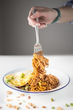Simple Malaysian Mee Goreng - Fried 2 minute noodles are always a winner. This was so delicious. I added some cooked chicken. Malaysian Cuisine, Malaysian Food, Malaysian Recipes, Mie Goreng, Vegetarian Recipes, Cooking Recipes, Food Porn, Australian Food, Sweet Chilli