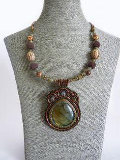 Collier ethnique brodé de perles, cabochon de labradorite, tons marrons terreux : Collier par deux-trois-graines