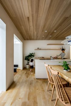 Hearth Architects designs Japanese house with indoor garden; same floor and ceiling Kitchen Interior, Interior Design Living Room, Casa Hipster, Humble House, Built In Sofa, Japanese Interior, Wood Ceilings, Japanese House, Large Homes