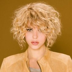 La coupe de cheveux carré « wavy »: coiffure Golden girl de Camille Albane