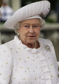 Queen Elizabeth II Photos Photos - Queen Elizabeth II embarks from Chelsea… Hm The Queen, Royal Queen, Her Majesty The Queen, Queen Hat, King Queen, Royal Monarchy, British Monarchy, English Royal Family, Chelsea
