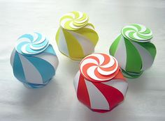 Origami Maniacs: Ten-Sided Yin Yang Globe. These are so easy, kids can make them. Can fill them with Jelly Beans or other small candies. #DIY #Paper