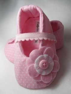 baby girls shoe with flowers and button.nk color is lovely Baby Shoes Pattern, Baby Patterns, Doll Patterns, Sewing Patterns, Felt Baby Shoes, Cute Baby Shoes, Baby Girl Shoes, Handgemachtes Baby, Baby Girls