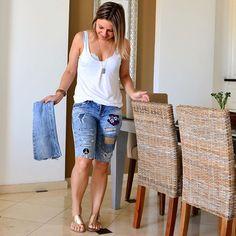 Aquela #calça velha rasgada e desbotada agora virou #bermuda totalmente descolada. Patches comprados num armarinho do centro, tesoura e cola de tecido. Foi tudo que eu precisei para armar a transformação. Eu curti fazer e agora tô curtindo vestir. #bomdia #atelier #customizacao