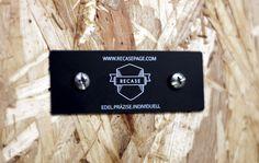 Aluminium-Plakette mit individueller Lasergravur.  1,90 € das Stück. Weißes Motiv/Schrift auf Schwarz. 80x30x0,5 mm inkl. 2 Bohrungen á 4 mm zum Befestigen.  ab 20 Stk. 1,85 €  ab 250 Stk. 1,66 € ab 500 Stk. 1,59 € ab 1000 Stk. 1,51 €  Bestens geeignet für Kisten, Möbel, Skulpturen, Briefkästen...  Mehr unter www.recasepage.com oder direkt schreiben an info@recasepage.com