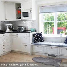 Diese Sitzbank in der Küche ist ein perfekter Rückzugsort, wenn man mal beim Kochen kurz durchatmen und am Fenster einen Kaffee genießen möchte. Dekokissen  …