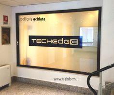 Copertura vetrata con pellicola acidata per la privacy e realizzazione logo aziendale.