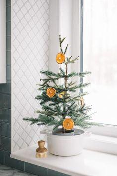 Diy Christmas Decorations For Home, Diy Christmas Garland, Mini Christmas Tree, Christmas Holidays, Scandinavian Christmas Decorations, Paper Christmas Ornaments, Christmas Mantles, Christmas Bedroom, Christmas Porch