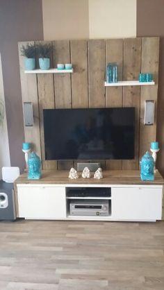 Televisiemeubel en achterwand steigerhout Pallet Furniture Outdoor Couch, Diy Pallet Couch, Pallet Walls, Diy Pallet Furniture, Pallet Tv, Tv Wall Design, Living Room Tv, Decoration, Wall Panelling