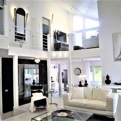 Ylellisen mustavalkoista sisustusta näyttävillä yksityiskohdilla kahdessa kerroksessa.