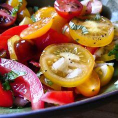 Foto Cathy Van de Moortele   Supermakkelijk om te maken, maar het ziet er gewoon feestelijk en kleurrijk uit. Een tomatensalade als bijge...